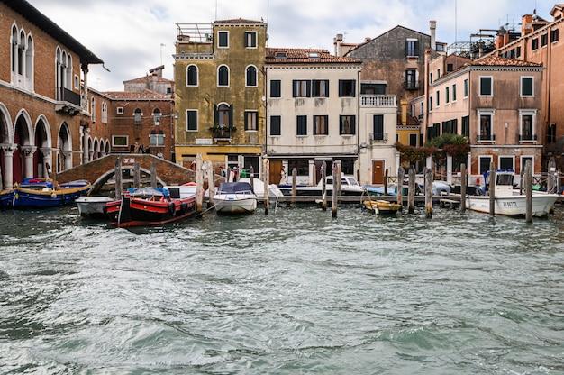 Pier mit festgemachten booten auf dem canal grande.