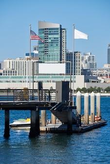 Pier mit kajakbooten, skyline der innenstadt in san diego