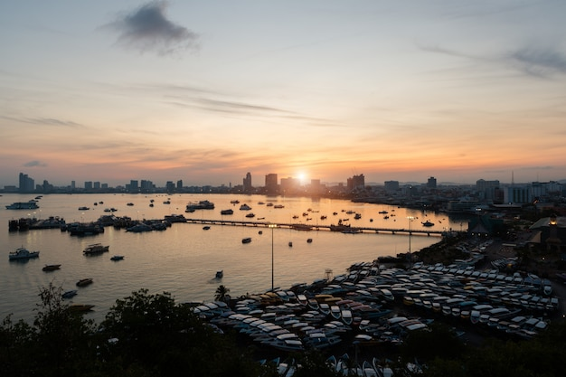 Pier und wolkenkratzer in der dämmerungszeit in pattaya, thailand.