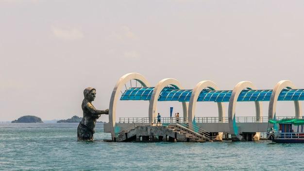 Pier zu koh samet und statue des gottes ko samet, in rayong, thailand.