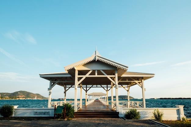 Pierbrücke und pavillon