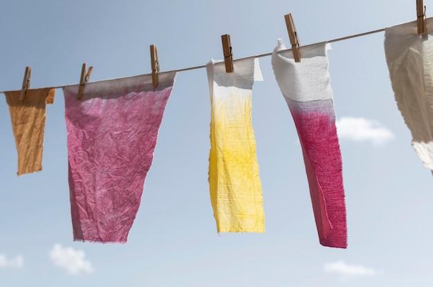 Pigmentierte tücher, die durch heringe gehalten werden