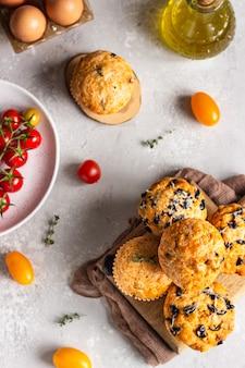 Pikante muffins mit getrockneten tomaten und oliven
