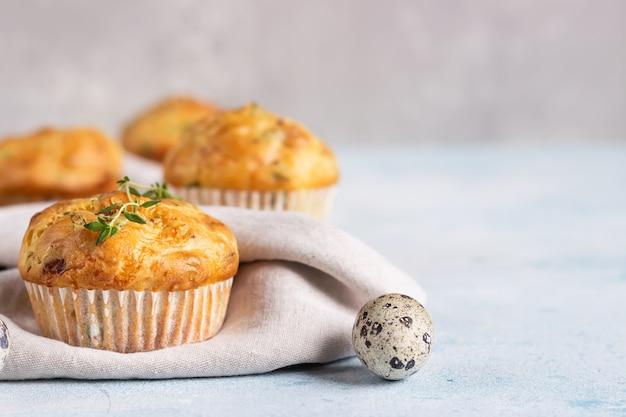 Pikante muffins mit speck, wachtelei, frühlingszwiebeln und käse