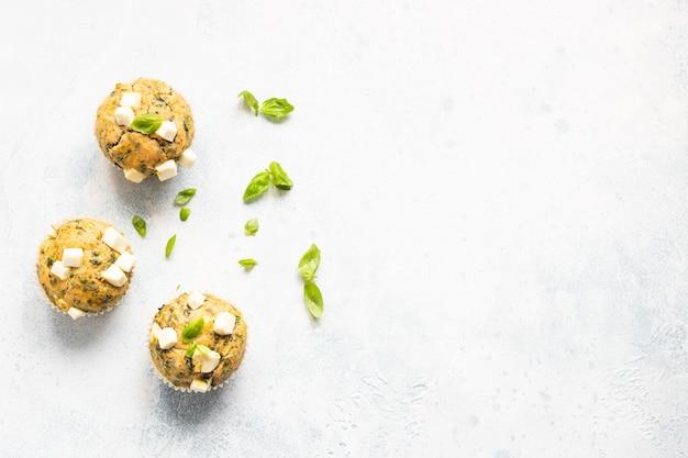 Pikante muffins mit spinat und feta.
