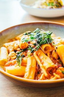 Pikante pasta oder spaghetti mit wurst