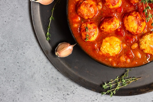 Pikante rote bohnen, rote paprika und frikadelle chili mit thymian