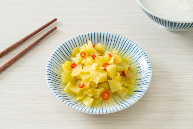 Pikanter salat gurke oder sellerie mit sesamöl - asiatische küche