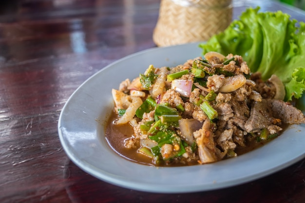 Pikanter schweinehacksalat oder hackfleischsalat (laab)