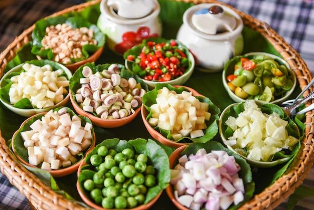 Pikantes blatt wraps kräuter und gewürze zutaten würzige suppe frisches gemüse für tom yum thai