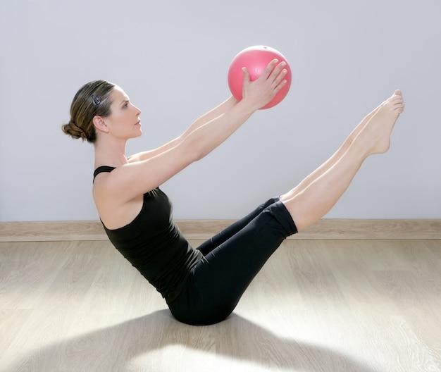 Pilates-frauenstabilitätsballgymnastik-eignungsyoga