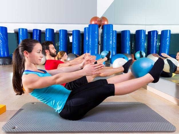 Pilates-softball die teasergruppenübung an der turnhalle