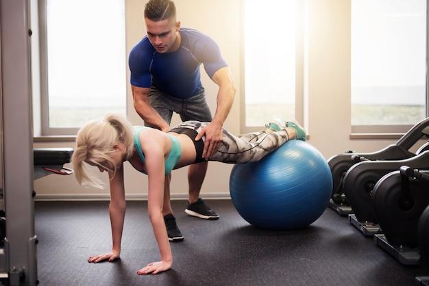 Pilates-übung auf fitnessball