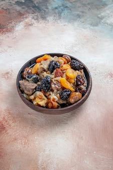 Pilaw ein appetitlicher reis mit getrockneten früchten kastanien in der schüssel