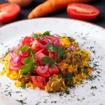 Pilaw mit fleisch, tomaten und zwiebeln. usbekisches essen