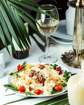 Pilaw mit hühnchen und gemüse