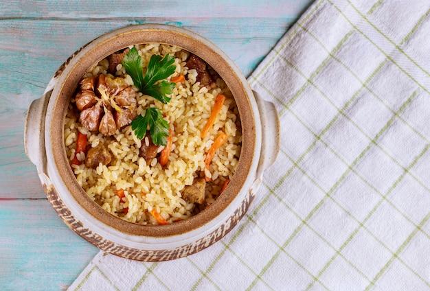 Pilaw mit reis, currygewürz, karotte und fleisch.
