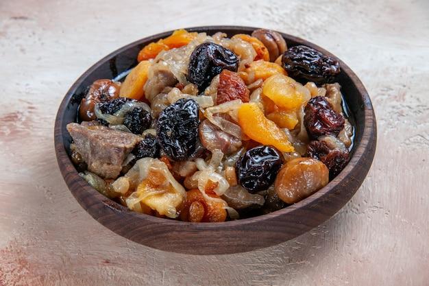 Pilaw-reis aus der seitenansicht mit kastanien aus getrockneten früchten auf dem tisch
