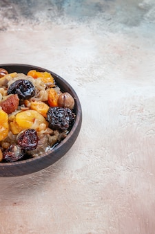 Pilaw-reis-trockenfruchtkastanien der seitennahansicht auf dem tisch