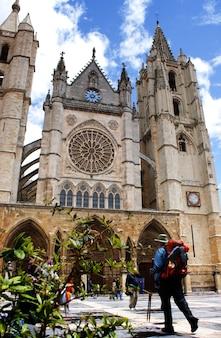 Pilger des camino de santiago erreicht die kathedrale von león