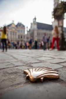 Pilger-muschel, st. james-muschel mit einer menschenmenge auf dem hauptplatz in brüssel, belgien