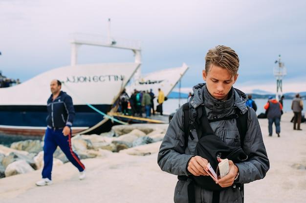Pilger nehmen eine fähre zum heiligen berg athos