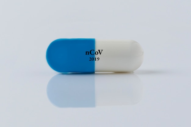 Pille für viruserkrankung auf weißem hintergrund
