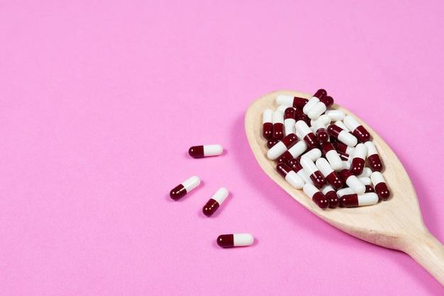 Pille kapseln für pharmazeutische medizin, in holzlöffel