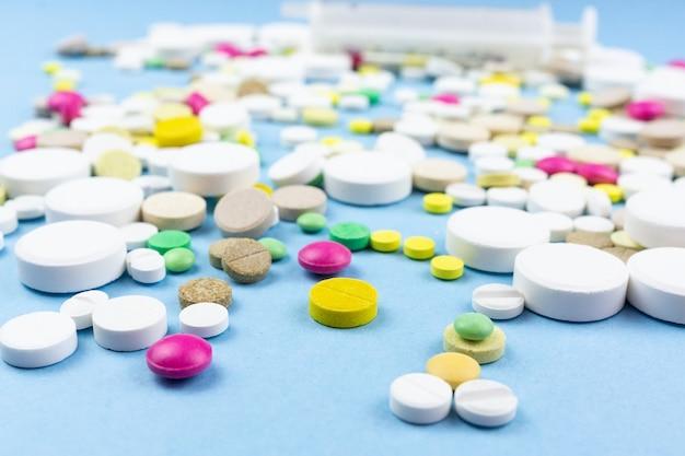 Pillen auf blau