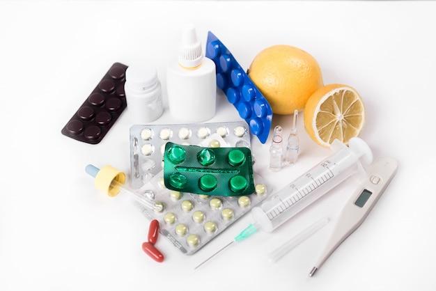 Pillen auf dem tisch