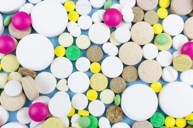 Pillen auf einem blauen hintergrund