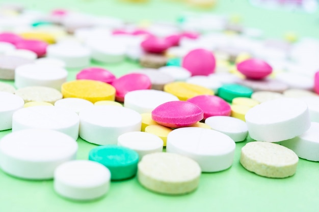 Pillen auf einem grünen hintergrund