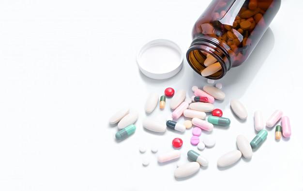 Pillen, die aus der flasche auf isoliert verschüttet werden