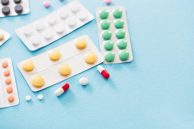 Pillen in blasen auf blauem tisch