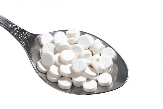 Pillen in einem löffel isoliert