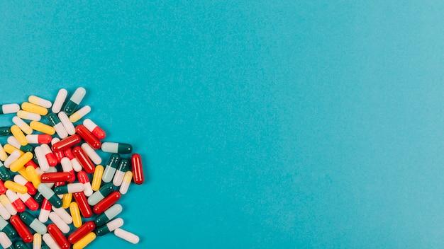 Pillen in verschiedenen farben und platz auf der rechten seite