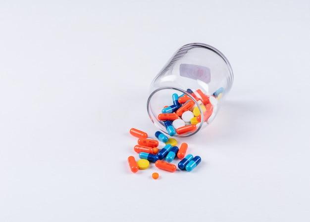 Pillen kommen aus dem glas