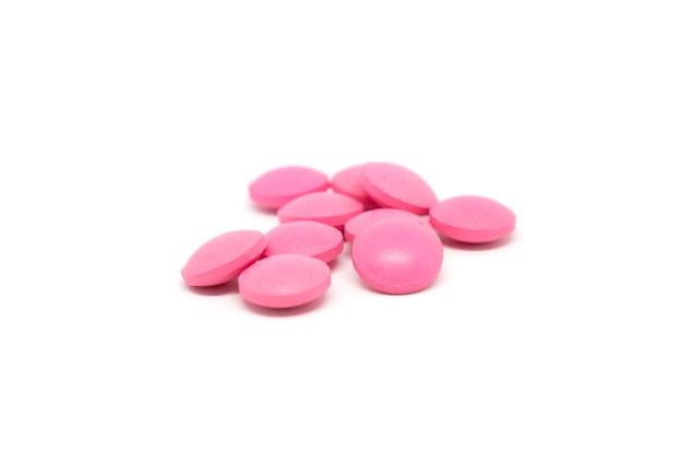 Pillen lokalisiert auf weißem hintergrund.