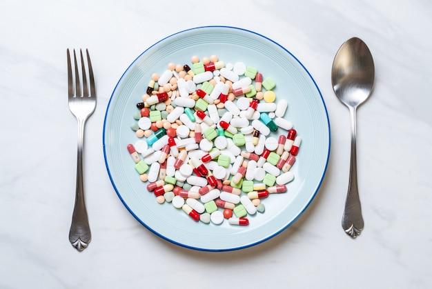 Pillen, medikamente, apotheke, medizin oder medizin auf dem teller