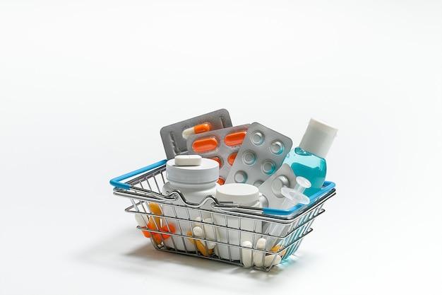 Pillen, medikamente, pillen in einem eisenkorb. packungen, behälter und flaschen für kapseln. layout für werbung, webhintergrund. das konzept von medizin und pharmazie. analgetikum. kopie des raumes.