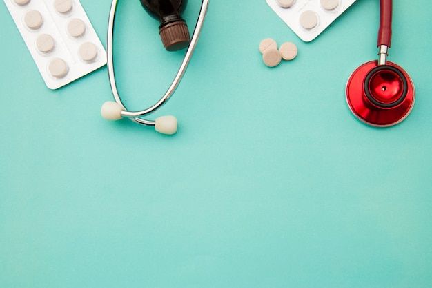 Pillen, tabletten und sthetoscope auf blau. gesundheitswesen und medizin. copyspace.