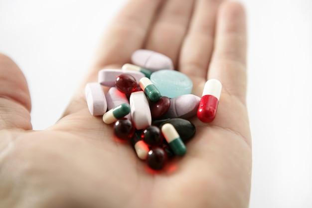 Pillen über weiß, gesundheit oder selbstmord