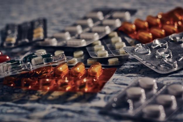 Pillen und tabletten auf dem stoff unter den lichtern
