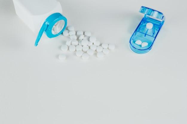 Pillen verteilten sich auf der flasche und dem organizer