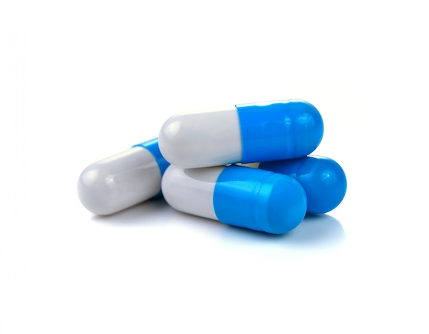 Pillenkapseln auf weißem hintergrund