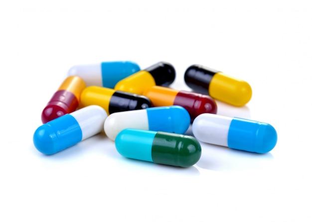 Pillenkapseln lokalisiert auf weißem hintergrund