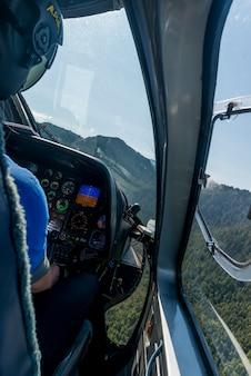 Pilot, der einen hubschrauber, regionalen bezirk skeena-königin charlotte, haida gwaii, graham island, bri. fliegt