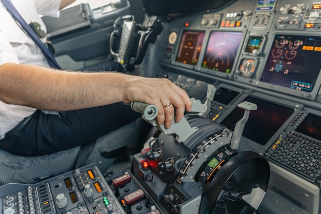 Pilot steuert flugzeug vom flugzeugcockpit aus