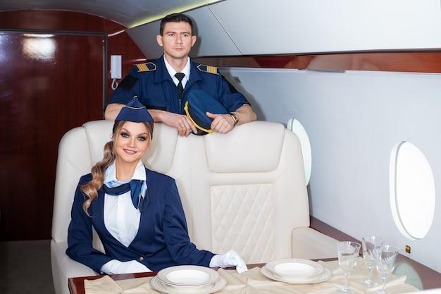 Pilot und flugbegleiter an bord des flugzeugs die kabine eines privatflugzeugs