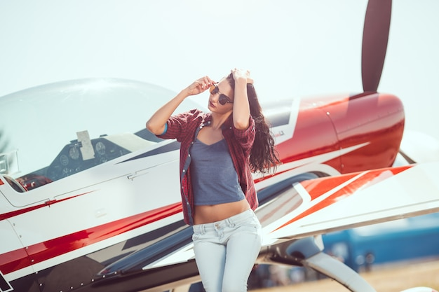 Pilotin und flugzeug